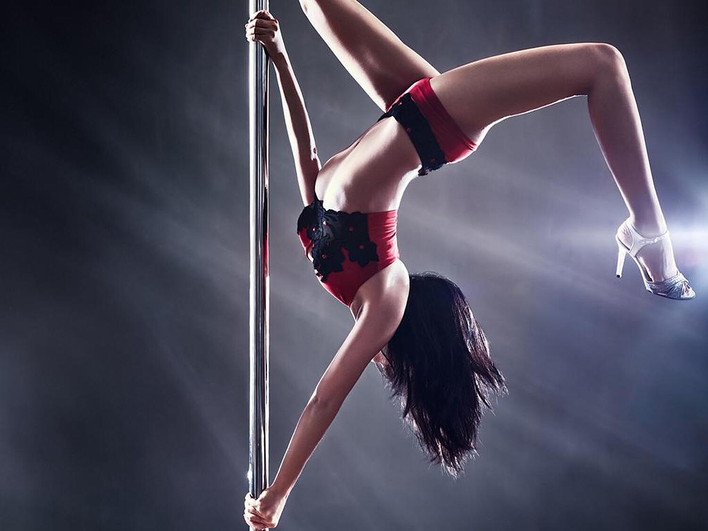 Hot Black Chick Sierra Banxxx Seduces A Man By Dancing Nude On Stripper Pole