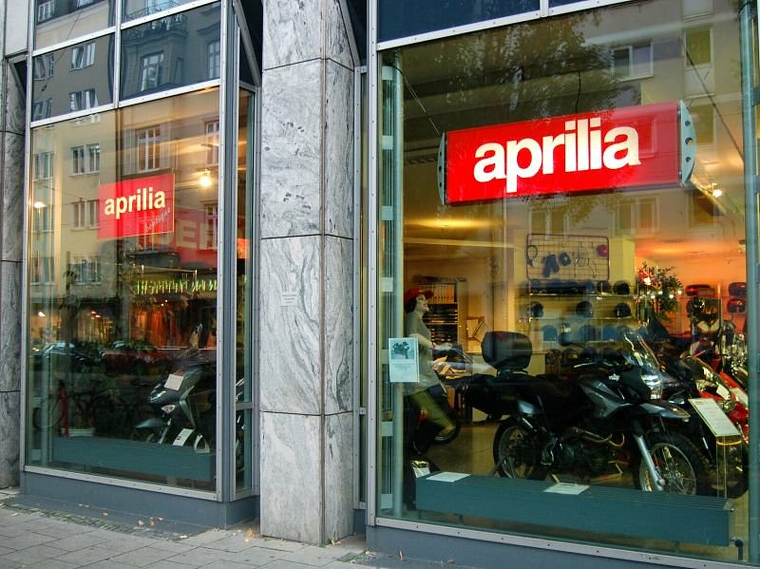 aprilia boutique rumfordstr glockenbachviertel m nchen aprilia boutique willkommen. Black Bedroom Furniture Sets. Home Design Ideas