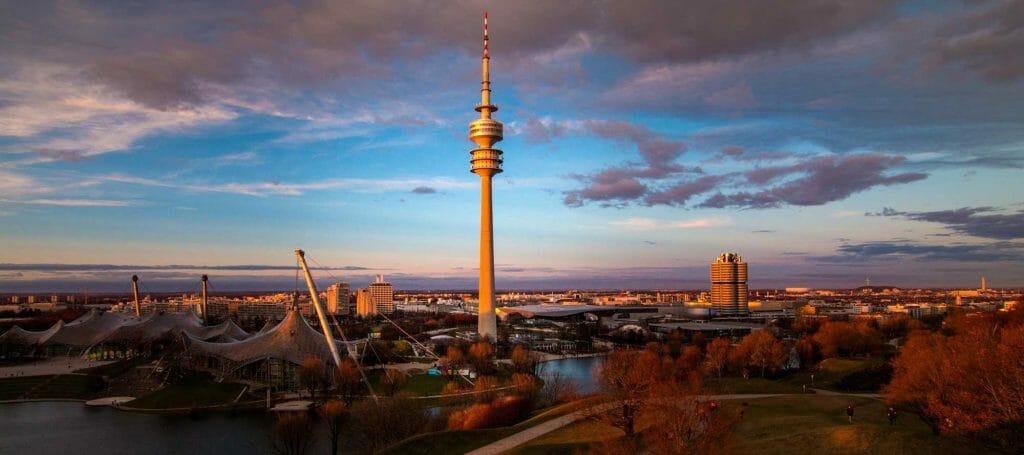 Sonnenuntergang in München, Olympiaberg im Olympiapark